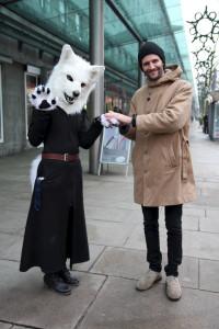 """Ronja Herbst und Moderator Manuel beim """"suiten"""" in der Fußgängerzone von Bremerhaven. Im Furry Fandom, der Furry-Welt, nennt sich Ronja """"Zion"""" und verkörpert eine Polarwölfin."""