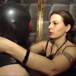 Lady Atropa (32) ist ausgebildete Domina und kümmert sich professionell um ihre 'Sklaven'